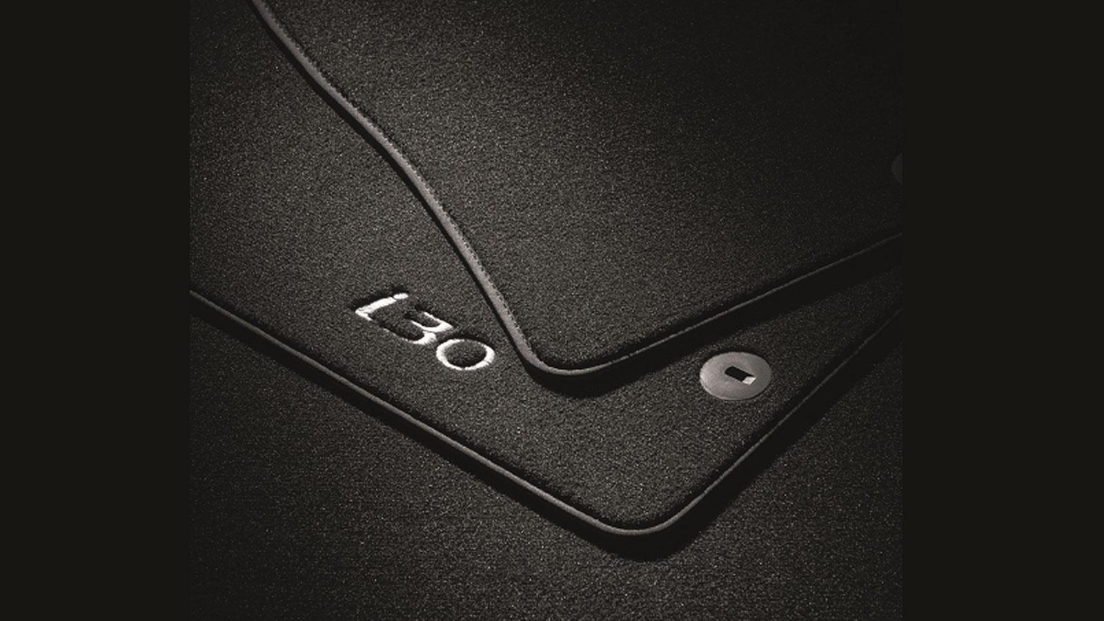 Τα βελούδινα πατάκια της Hyundai έχουν απαλή, βελούδινη υφή και προσφέρουν ένα απολαυστικό, μαλακό πάτημα. Το λογότυπο του μοντέλου είναι απευθείας κεντημένο στα δυο μπροστινά.