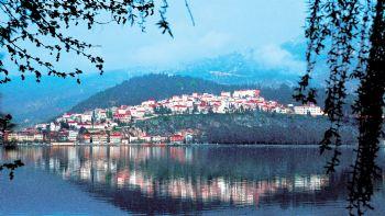 Η πόλη της Καστοριάς είναι χτισμένη στη χερσόνησο που δημιουργείται στη λίμνη της Ορεστιάδας και έχει υψόμετρο 663 μ. Πρόκειται για μια από τις ωραιότερες πόλεις της Ελλάδας, μια πόλη με ένδοξο παρελθόν και μεγάλη ιστορία. Χριστούγεννα στην Καστοριά!
