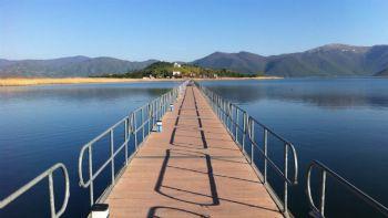 Η Βόρεια Ελλάδα με τις πανέμορφες λίμνες της κρύβει μαγευτικά τοπία για κάθε γούστο. Εξερεύνησε τις Πρσπες, τόλμησε να μπεις στο σπήλαιο του Δράκου και δες τις βραχογραφίες στους ναούς της Μεγάλης Πρέσπας.  Με τα πόδια στο νησί του Αγίου Αχιλλείου