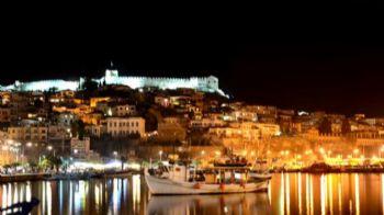 Ατενίζεις την απλωσιά του Αιγαίου από το ύψωμα του κάστρου. Πίνεις τον καφέ σου στην προκυμαία με φόντο τη συνοικία της Παναγιάς και τα ψαροκάικα, απολαμβάνεις το φανταστικό ηλιοβασίλεμα από το κάστρο με θέα ως τη Θάσο. Χίλιες και μία νύχτες!