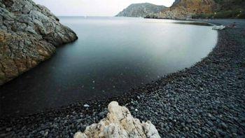 Ζήσε την εμπειρία της κολύμβησης σε μια κατάμαυρη παραλία, πιες σούμα στα ατμοσφαιρικά Μεστά, περπάτα σε ένα φανταστικό οικισμό του μεσαίωνα και νιώσε για λίγο σαν εφοπλιστής στις Οινούσσες. Όλη σου η ζωή σε μια εκδρομή, στη Χίο! Χίος: Μπάνιο στην καλύτερη παραλία της Ελλάδας