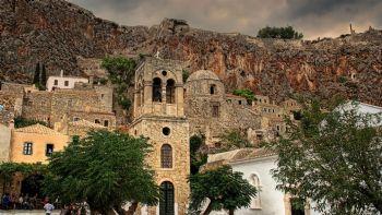 Φύγε τώρα για τη Μονεμβασιά και νιώσε να ταξιδεύεις στον χρόνο μέσα από τον πανέμορφο μεσαιωνικό οικισμό. Βούτα στην υπέροχη παραλία του Ξιφιά, χαλάρωσε τον Αγιο Φωκά και δες την απίστευτη θέα από την εκκλησία της Παναγίτσας. Μονεμβασιά: Σαν πανέμορφο «πέτρινο καράβι»