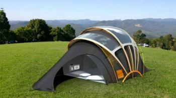 Ποιος σου είπε ότι camping και ανέσεις δεν συνδυάζονται; Η ηλιακή σκηνή με φωτοβολταϊκές ίνες σου παρέχει ρεύμα όπου και αν βρίσκεσαι. Επίλεξε εκείνη που ικανοποιεί τις ανάγκες σου και ταίριαξέ τη με άλλα, εντυπωσιακά eco gadgets που θα σου λύσουν τα χέρια φέτος το καλοκαίρι!  Σκηνή για camping φορτίζει όλες σου τις ηλεκτρικές συσκευές!