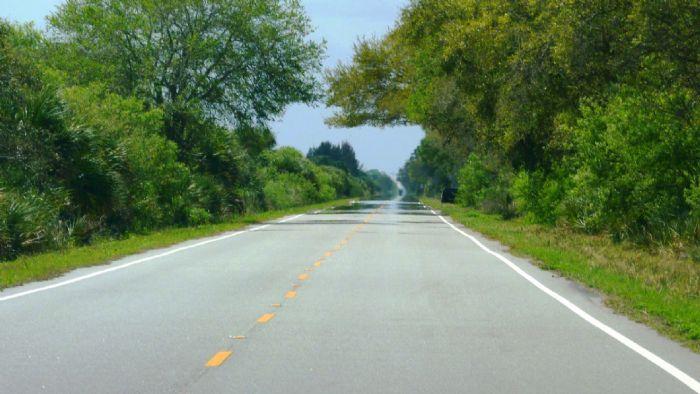 Tο καλοκαίρι παρατηρείται διάθλαση του δρόμου αρκετά μέτρα μπροστά από το αυτοκίνητό μας