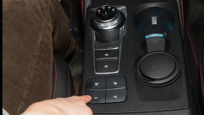 Στο Kuga PHEV θα συναντήσουμε 3 οδηγικά modes για την απόκριση του γκαζιού (ECO, Normal, Sport), δύο για εκτός δρόμου σημεία που επεμβαίνουν στο ESP Wet/Slippery και Trail, καθώς και 4 προφίλ κίνησης: Αποκλειστικά ηλεκτρική κίνηση (EV Now όταν υπάρχει απόθεμα μπαταρίας φυσικά), υβριδική λειτουργία και αυτόματη εναλλαγή ή συνεργασία κινητήρα και ηλεκτροκινητήρα (EV auto), διατήρηση μπαταρίας σε συγκεκριμένο επίπεδο φόρτισης για μετέπειτα χρήση (EV Later) και φόρτιση μπαταρίας από τον βενζινοκινητήρα (ΕV Charge). Το τελευταίο δεν μπορεί να συνεργαστεί με το πρόγραμμα «ECO». Η επιλογή τους γίνεται από μπουτόν στην κεντρική κονσόλα.