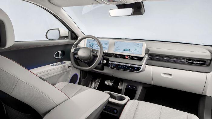 Η διάταξη στις οθόνες θυμίζει λίγο Mercedes, από πλευράς ευκρίνειας θα τη θέλαμε λίγο καλύτερη, το χρώμα του πλαισίου αυτών διαφοροποιείται ανάλογα τις επενδύσεις. Καλή η ποιότητα των υλικών στο εσωτερικό, όμορφη η λεπτομέρεια +/- στα πεντάλ.