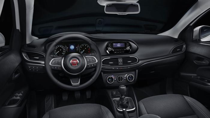 Καλαίσθητο το εσωτερικό του ιταλικού μικρομεσαίου, με αναθεωρημένο επιλογέα ταχυτήτων και τιμόνι, διαθέτει οθόνη αφής στις ακριβότερες εκδόσεις του.