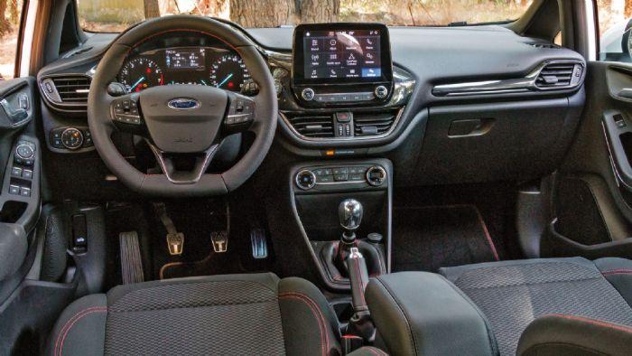 Όμορφο με σπορ στοιχεία και καλή ποιότητα κατασκευής είναι το high tech εσωτερικό του  Fiesta ST-Line.