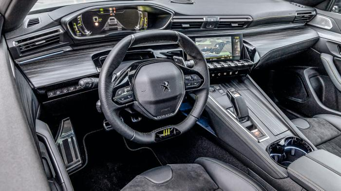 Πάνω από το μικρό τιμόνι του Peugeot i-Cockpit βλέπουμε τον πίνακα οργάνων σαν HUD, ενώ η κεντρική κονσόλα είναι ελαφρώς στραμμένη προς τον οδηγό.