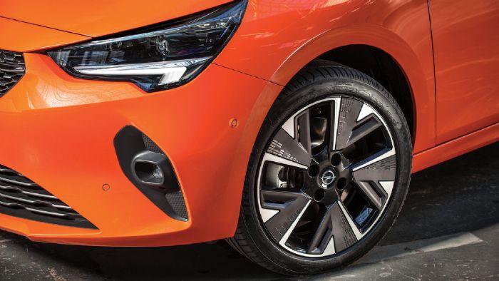 Εμφανισιακά μόνο το λογότυπο στο πίσω μέρος και οι ζάντες δείχνουν πως πρόκειται για μια ηλεκτρική έκδοση του Corsa.