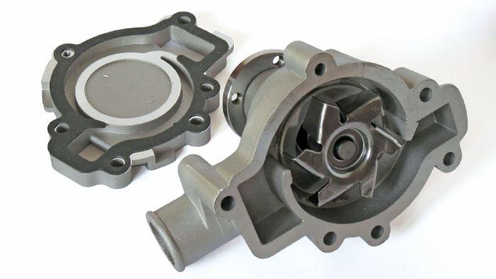 Η αντλία νερού στηρίζεται πάνω στον κορμό του κινητήρα και παίρνει κίνηση από αυτόν μέσω ιμάντα.