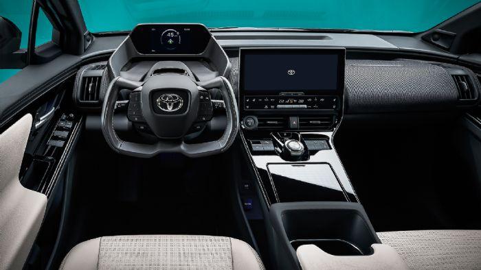 Το εσωτερικό του bZ4X είναι άκρως φουτουριστικό και hi-tech, με το τιμόνι του να θυμίζει κόκπιτ μαχητικού αεροσκάφους.