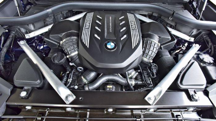 Ιδανικός για σπορ επιδόσεις ο V8 βενζινοκινητήρας της BMW, αποδίδει 530 άλογα και 725 Nm ροπής ενώ χαίρεσαι και να τον ακούς.
