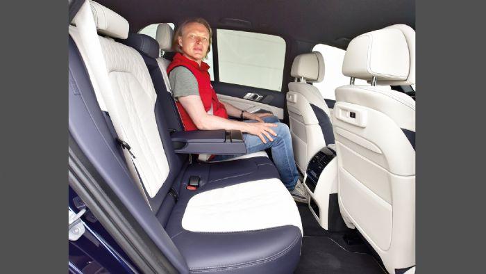 Ευρύχωρο από την φύση του είναι το γερμανικό SUV, ωστόσο δεν μπορεί να ανταγωνιστεί τον αντίπαλό του στην έκδοση M50i που προσφέρεται αποκλειστικά πενταθέσια.