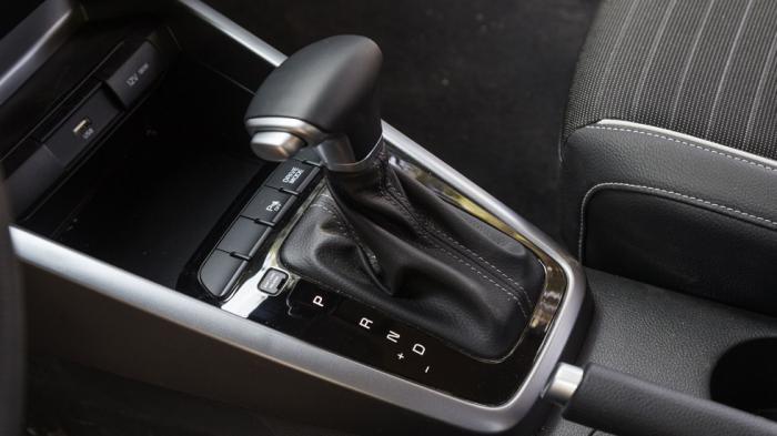 Στάνταρ το διπλοσύμπλεκτο κιβώτιο 7-DCT στην έκδοση των 120 ίππων. Οι «χειροκίνητες» εναλλαγές σχέσεων γίνονται μόνο από τον επιλογέα.
