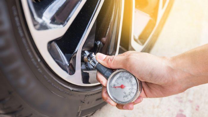 Η λάθος πίεση ελαστικών μπορεί να ανεβάσει την κατανάλωση μέχρι 20%, ενώ παράλληλα φθείρει και τα ελαστικά γρηγορότερα.