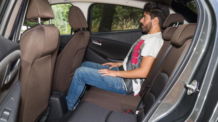 2 επιβάτες δεν θα δυσκολευτούν στο πίσω κάθισμα, ωστόσο το μικρό φάρδος του δεν αφήνει το παραμικρό περιθώριο για τρίτο άτομο.