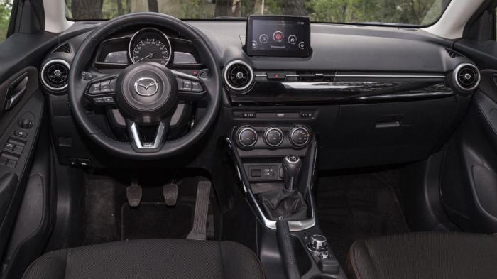 Το εσωτερικό του Mazda 2 διαθέτει minimal σχεδίαση με πολύ υψηλή απτή ποιότητα υλικών.