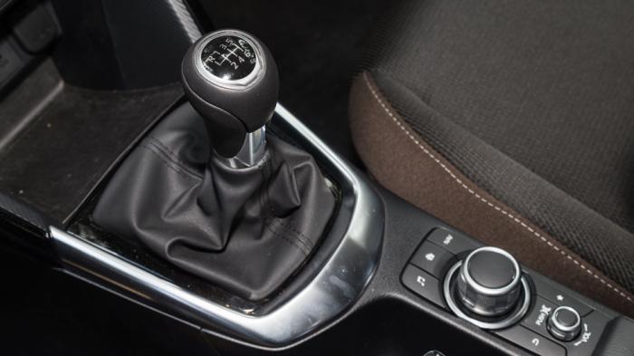 Το 6άρι κιβώτιο ταχυτήτων αλλάζει με πολύ ομαλό τρόπο τις σχέσεις, ενώ παράλληλα ο επιλογέας χαρίζει υπέροχη αίσθηση στον οδηγό.