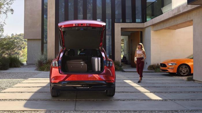 Το πορτ μπαγκάζ έχει χωρητικότητα 402 λτ.