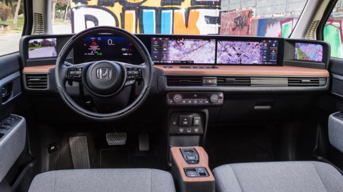 Το εσωτερικό του Honda e είναι ό,τι πιο προηγμένο και digital έχετε δει, με το ταμπλό να ενσωματώνει 5 οθόνες, με αυτές του infotainment να είναι σχεδόν 25``, με άκρως ικανοποιητική ποιότητα κατασκευής.