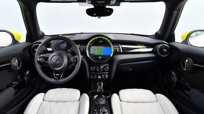 Το εσωτερικό του νέου Mini Cooper SE ακολουθεί τα ρετρό χαρακτηριστικά του παρελθόντος, με πολύ καλή ποιότητα και ξεχωριστό διάκοσμο.