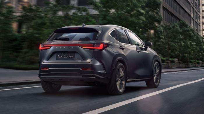 Πλέον η ονομασία της Lexus υπάρχει ολογράφως πίσω και πλαισιώνεται από τα νέα φώτα με μοτίβο «L» στο εσωτερικό τους.