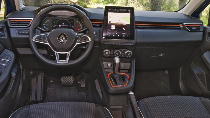 Ο επιλογέας του αυτόµατου σοφιστικέ κιβωτίου και ο πίνακας οργάνων αποτελούν τις βασικές διαφορές που συναντάµε στο εσωτερικό της υβριδικής έκδοσης του Clio.