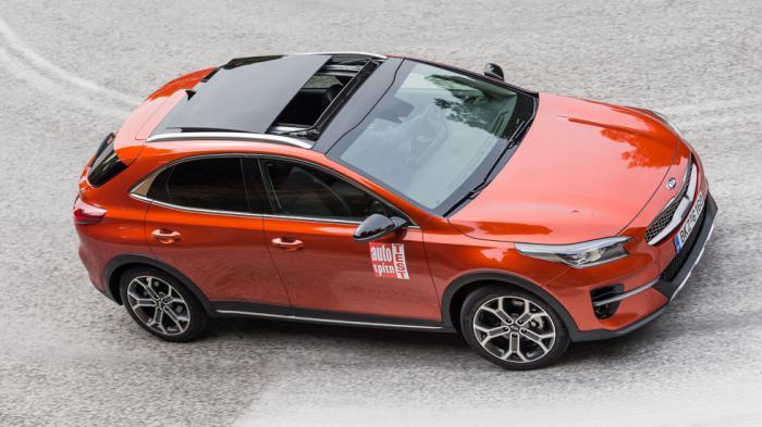 Ασσος στο μανίκι του μοντέλου της δοκιμής η έξτρα πανοραμική, ανοιγόμενη οροφή που κάνει το coupe Crossover της Kia ευάερο και ευήλιο.