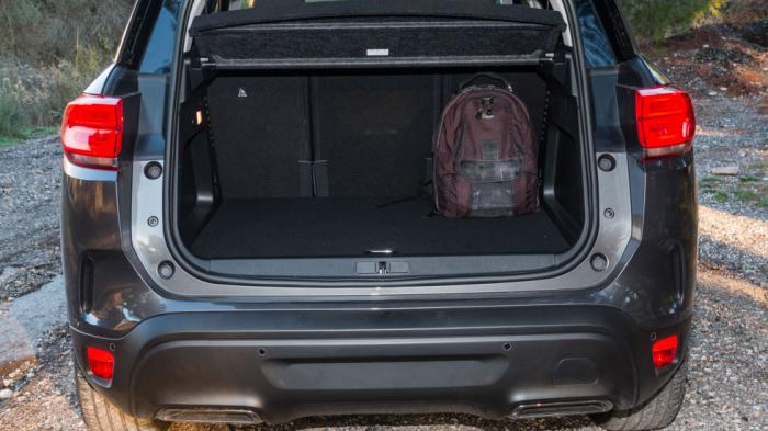 Τεράστιο και το πορτ-μπαγκάζ, ακόμα και στην εικονιζόμενη plug-in υβριδική έκδοση.