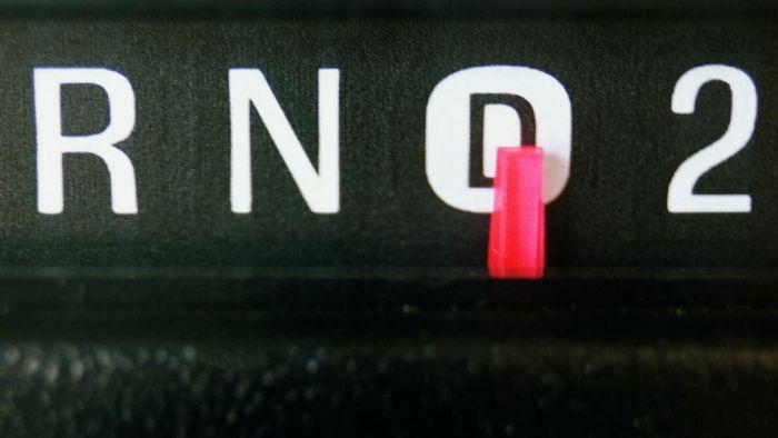 Πάντα ακινητοποιούμε το αυτοκίνητο, πριν αλλάξουμε από εμπρός (D) σε όπισθεν (R).