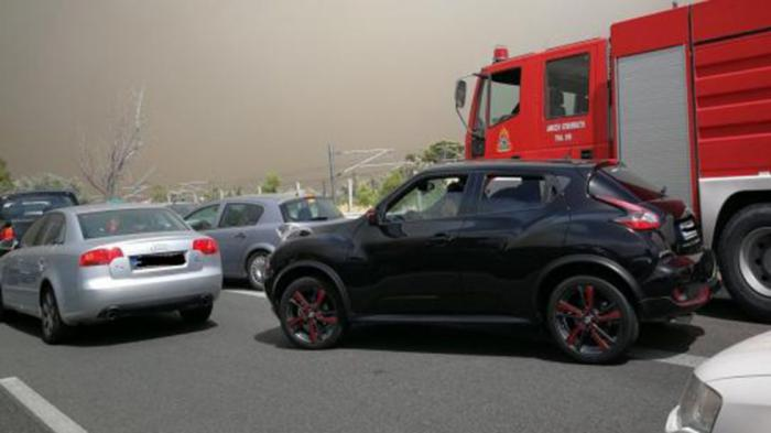 Μπλοκαρισμένη η ΛΕΑ και το Πυροσβεστικό όχημα «παλεύει» να περάσει.