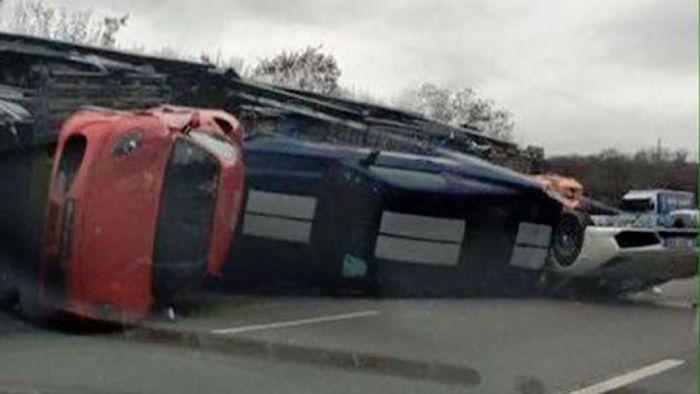 Νταλίκα καταστρέφει supercars