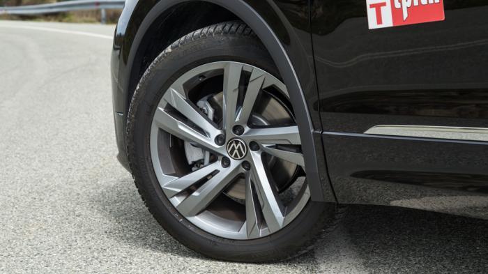 Στάνταρ τροχοί 19 ιντσών για την έκδοση R-Line, που είναι και η μόνη με την οποία διατίθεται το plug-in υβριδικό VW Tiguan.