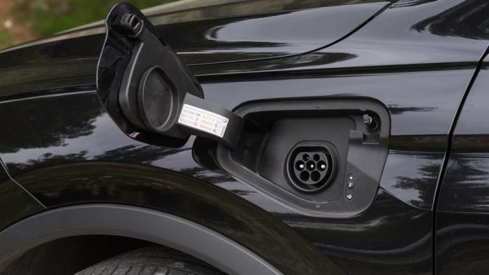 Η θυρίδα φόρτισης βρίσκεται στο αριστερό εμπρός φτερό και μαζί με το λογότυπο eHybrid καταδεικνύουν το plug-in υβριδικό σύστημα κίνησης του ανανεωμένου VW Tiguan.