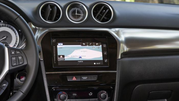 Τυπικό αισθητικά είναι το εσωτερικό του Vitara, με την οθόνη αφής του συστήματος infotainment να του δίνει μια high-tech εικόνα