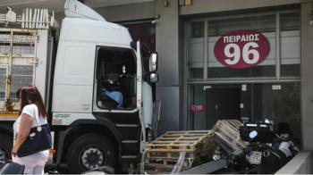 Φορτηγό έπεσε πάνω σε αποθήκη στην Πειραιώς