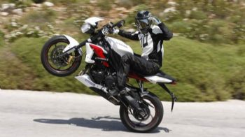 ���� ����� ����� �� �� streetfighting, ���� ������ ��� ����� ����������� ��� �� ������ ������ ��� supersport... Test: Triumph Street triple R ABS