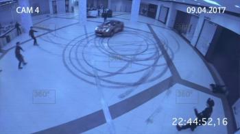Εισβολή Ferrari σε εμπορικό κέντρο