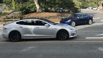 Το Tesla Model 3 πλάι στο Model S