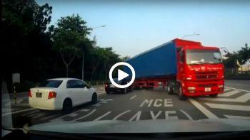 Φορτηγό κάνει αναστροφή